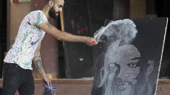 Seorang seniman Mesir berusia 23 tahun mampu membuat sebuah lukisan artistik dengan amat cepat, empat menit, dari bawah ke atas.