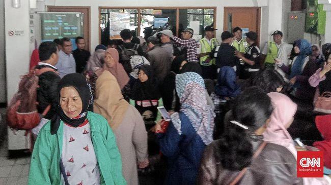 Ratusan orangtua siswa memprotes kebijakan PPDB sistem zonasi yang dinilai merugikan. Banyak calon siswa dengan NEM tinggi gagal masuk sekolah negeri.