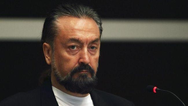 Kepolisian Turki menanangkap penulis kontroversial, Adnan Oktar alias Harun Yahya, dan menggencarkan operasi untuk memburu 235 pengikutnya.