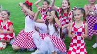 <p>Ketika motif baju timnas Kroasia dijadikan motif dress dan rok tutu untuk suporter cilik. Keren juga ya, Bun? (Foto: Instagram/ @zagrepcanke_i_decki) </p>