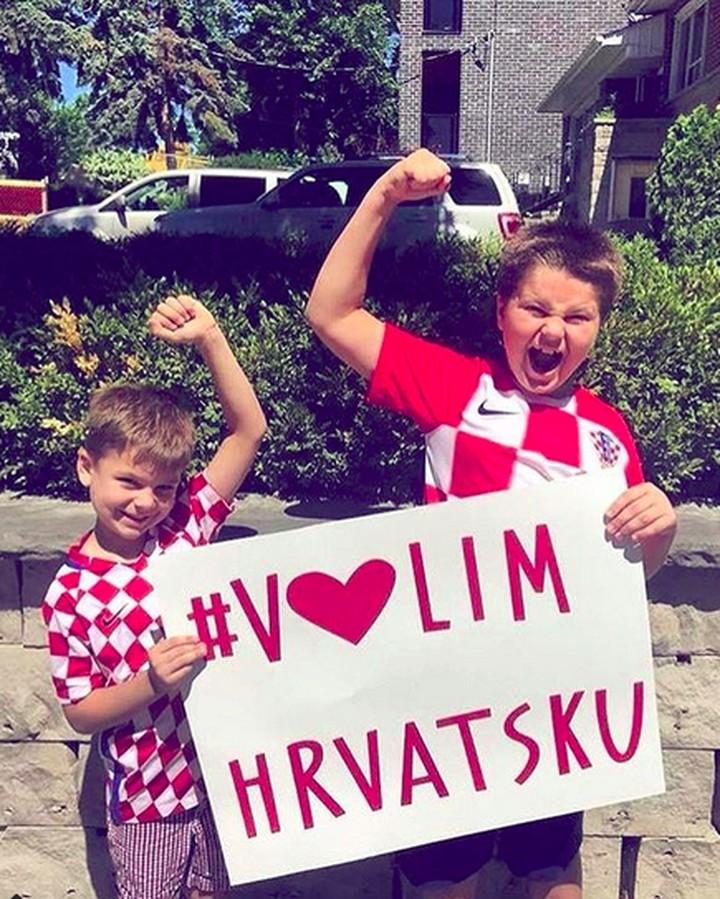 Anak-anak ini jadi suporter cilik timnas Kroasia. Penampilan dan tingkahnya bikin gemas!