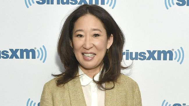 Sandra Oh menjadi pemandu berwajah Asia pertama dalam sejarah Golden Globe Awards.