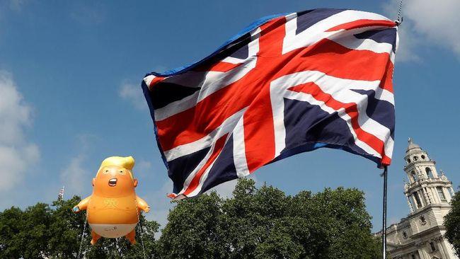 Balon Bayi Trump Raksasa Melayang di Depan Parlemen Inggris