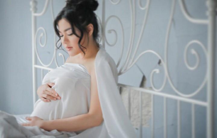 Lama tak tampil di layar kaca, penyanyi Vicky Shu yang sedang hamil besar tampak makin glowing.
