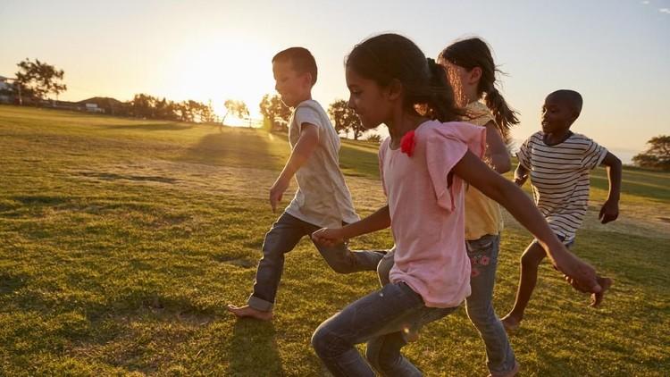 Bicara soal seorang anak bahagia atau nggak, ada dua faktor yang turut menentukannya, Bun. Apa aja?
