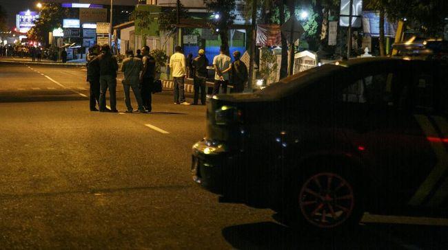 Biworo, saksi mata di lokasi kejadian menceritakan penyanderaan terhadap sopir truk dan warga di Jalan Kaliurang. Saat itu, polisi sedang mengejar para pelaku.