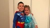 <p>Wah, ada Superman dan Elsa cilik nih, Bun. Ada yang mau kenalan? He-he-he. (Foto: Instagram/ @joop8)</p>