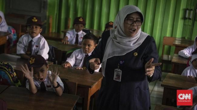 Masa tahun ajaran 2018/2019 dimulai hari ini. Setelah diseleksi, anak-anak mulai merasakan bangku sekolah dasar buat menempuh pendidikan selama enam tahun.