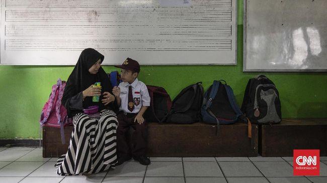 Di hari pertama sekolah, Mendikbud meminta orang tua mengantar anaknya dan para guru menyambut siswanya di sekolah.