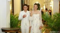 <p>Pernikahan Nadine Candrawinata dan Dimas Anggara juga sempat menimbulkan teka-teki. Keduanya melangsungkan pernikahan secara tertutup di Bhutan, pada Mei 2018. (Foto: Ismail/detikhot)</p>