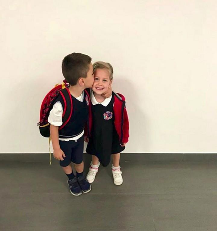 <p>Rukunnya Kakak Leo dan Adik Manu saat akan berangkat sekolah. Bikin gemas! (Foto: Instagram/ @joop8)</p>