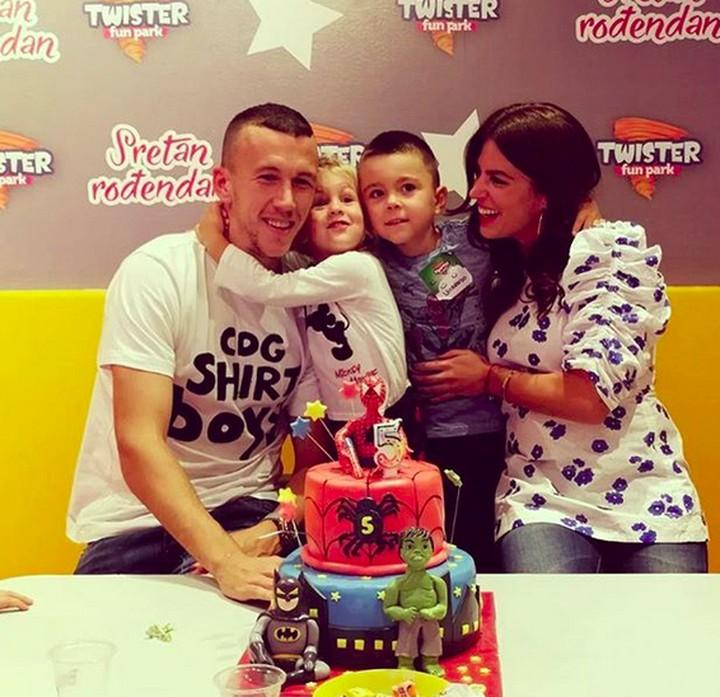 Gelandang timnas Kroasia, Ivan Perisic punya dua anak bernama Leonardo dan Manuela. Mereka lucu dan menggemaskan. Yuk lihat foto-fotonya.