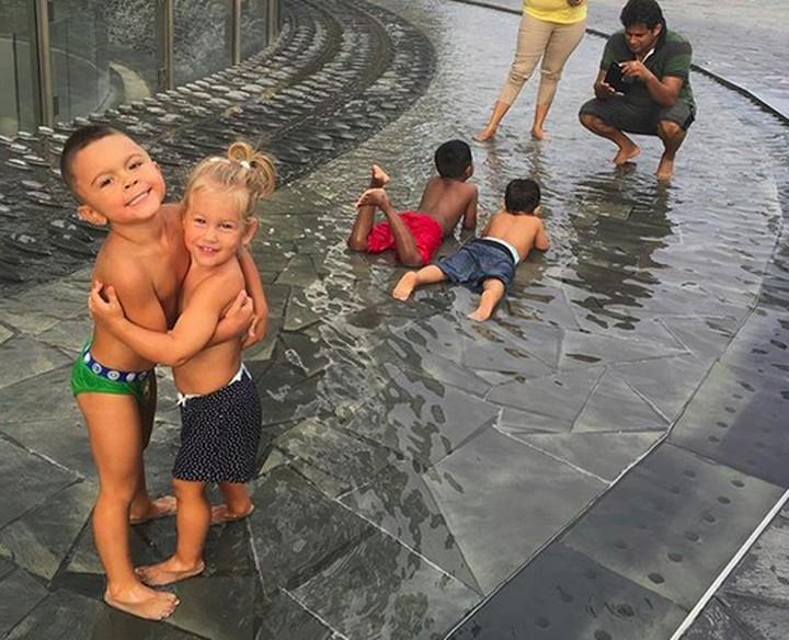<p>Happy banget nih yang lagi main air. Hati-hati kedinginan ya, Nak. (Foto: Instagram/ @joop8) </p>