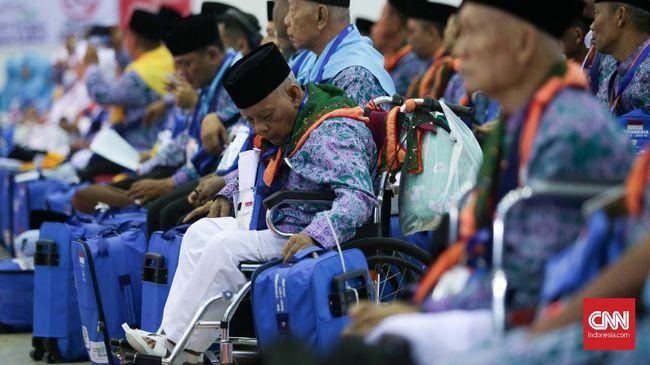 Calon jamaah haji asal Jakarta Timur yang tergabung dalam kloter 01 Embarkasi Jakarta-Pondok Gede tiba di Asrama Haji Pondok Gede, Jakarta, Senin, 16 Juli 2018. Calon Jamaah Haji Indonesia yang jumlahnya mencapai 221.000 secara bertahap akan mulai diberangkatkan ke Tanah Suci Selasa 17 Juli 2018 dari lima embarkasi. CNNIndonesia/Safir Makki