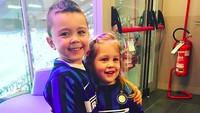 <p>Karena Ivan bergabung dengan klub Inter Milan, otomatis si kecil juga jadi pendukung cilik il Nerrazurri. (Foto: Instagram/ @joop8) </p>