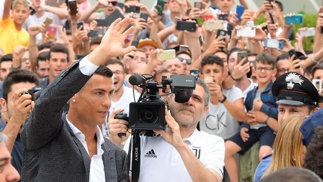 Cristiano Ronaldo memutuskan pindah dari Real Madrid ke Juventus pada pertengahan tahun ini. Diyakini biaya transfer Ronaldo mencapai €105 juta. (REUTERS/Massimo Pinca)