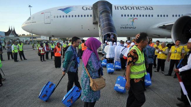 Jamaah calon haji bersiap memasuki pesawat, pada keberangkatan kloter pertama embarkasi Padang, di Bandara Internasional Minangkabau (BIM), Padangpariaman, Sumatera Barat, Selasa (17/7). Total calon jamaah haji yang berangkat melalui embarkasi Padang pada 2018 berjumlah 6.367 jemaah berasal dari Sumbar dan Bengkulu dan terbagi atas 17 kelompok terbang. ANTARA FOTO/Iggoy el Fitra/Spt/18