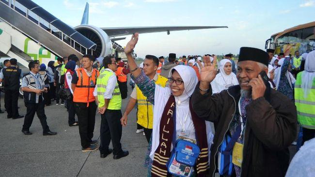 Jamaah calon haji melambaikan tangan kepada keluarga mereka, menjelang keberangkatan kloter pertama embarkasi Padang, di Bandara Internasional Minangkabau (BIM), Padangpariaman, Sumatera Barat, Selasa (17/7). Total calon jamaah haji yang berangkat melalui embarkasi Padang pada 2018 berjumlah 6.367 jemaah berasal dari Sumbar dan Bengkulu dan terbagi atas 17 kelompok terbang. ANTARA FOTO/Iggoy el Fitra/Spt/18