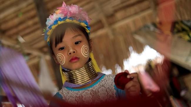 Suku Kayan di Thailand masih mempertahankan budaya mereka mengenakan cincin perunggu di leher agar jenjang, karena itu simbol kecantikan.