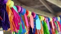 <p>Kalau bunting flag kurang heboh, Bunda bisa pakai pita warna-warni dari kertas krep untuk dekorasi nih. (Foto: Instagram @paperpartydesignink)</p>