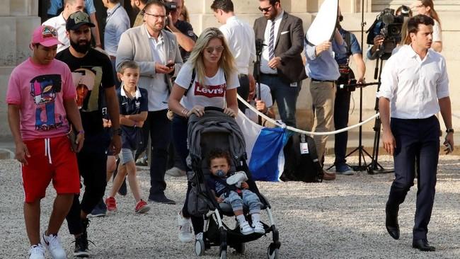 Keluarga menjadi salah satu sumber kekuatan skuat Prancis sukses meraih juara Piala Dunia 2018. Mereka menjadi tamu kehormatan di pesta juara Les Bleus.