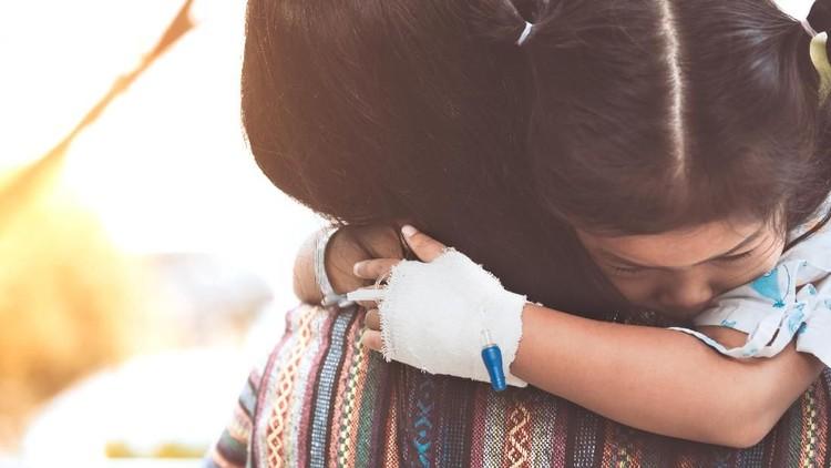 Memiliki anak yang mengidap penyakit langka memang banyak tantangan. Meski pada dasarnya orang tua hanya ingin terus bersama dan melihat anak tersenyum bahagia.