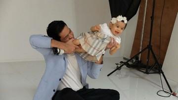 Aksi Seru si Ayah Kocak Surya 'Insomnia' dengan si Kecil