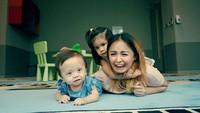 "<p>""Let's not focus on the hardship, but count our blessings,"" ucap Joanna yang turut membuat Zio merasakan aura positif serta semangat menjalani pengobatan dan terapinya. (Foto: Instagram @joannaalexandra)</p>"