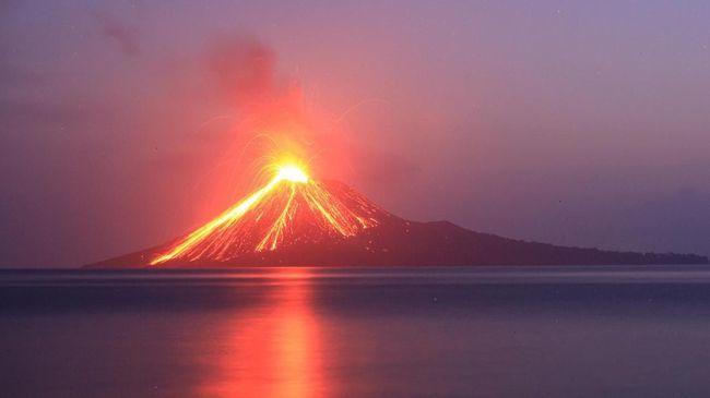 Tercatat dari Jumat (21/9) sampai Sabtu (22/9) Gunung Anak Krakatau telah meletus sebanyak 44 kali sampai berdentum keras.
