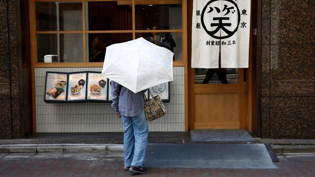Jepang, negara futuristik yang mengedepankan inovasi, nyatanya masih konvensional dalam transaksi pembayaran. Buktinya, uang tunai masih mendominasi.
