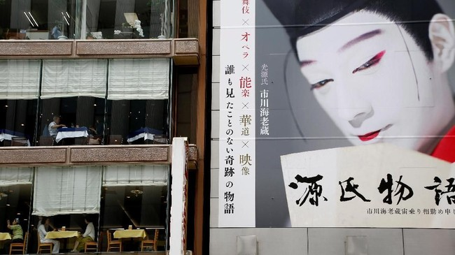 Beberapa warga Jepang menjalankan aktivitas ekonomi di pusat kota di Jepang.