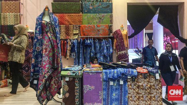 Berbagai corak kain tenun dan batik dari sejumlah provinsi ditawarkan dalam Pameran Karya Kreatif Indonesia 2018 di Jakarta Convention Center, Jakarta Selatan.
