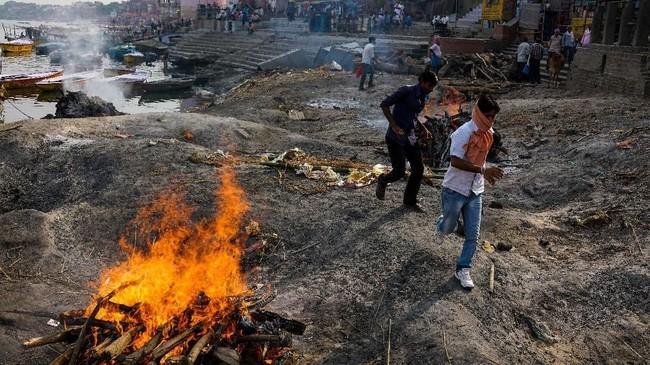 Siang dan malam sebuah kampung di tepi Sungai Gangga terus mengepulkan asap yang berasal dari kremasi jenazah umat Hindu di India.