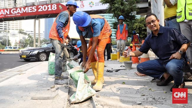 Bicara soal kebijakan untuk relokasi PKL, Gubernur DKI Jakarta Anies Baswedan menggagas 'Trotoar Multifungsi' yang juga bisa menampung para pedagang tersebut.