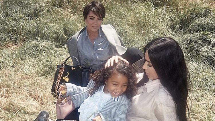 Anak Kim Kardashian, North West melakukan debut runaway-nya. North West berjalan di catwalk sendiri untuk pertama kalinya.
