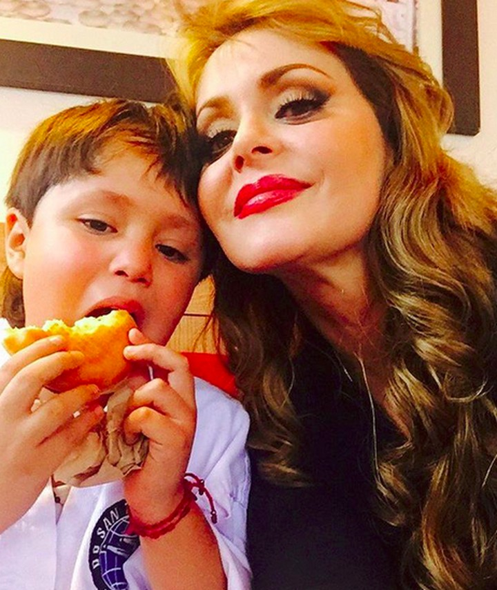 Masih ingat dengan Gabriela Spanic, pemeran Paula dan Paulina di telenovela 'Cinta Paulina', Bun? Begini kedekatannya dengan putra semata wayangnya.