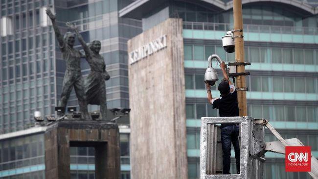 Petugas Dinas Perhubungan merawat dan memperbaiki kamera pemantau (CCTV) di kawasan Bundaran HI, Jakarta, Selasa, 24 Juli 2018. Kamera pemantau yang berada di wilayah Jalan Sudirman Thamrin dipersiapkan untuk memantau lalu lintas saat perhelatan Asian Games 2018 bulan depan. CNNIndonesia/Safir Makki