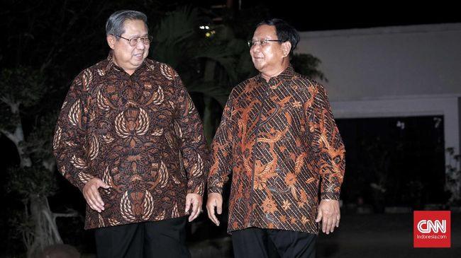 Prabowo dan sejumlah petinggi Gerindra tiba di kediaman SBY, Selasa (24/7) sekitar pukul 19.00 WIB. Prabowo langsung disambut SBY saat turun dari mobil.