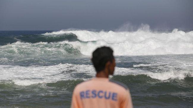 Wisatawan yang berkunjung ke Pantai Selatan Jawa dihimbau tidak berenang karena gelombang tinggi dapat sewaktu-waktu terjadi.