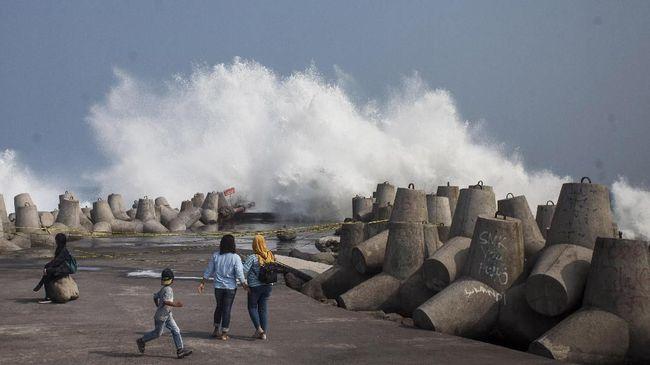 BMKG mengimbau nelayan di barat Sumatra, selatan Jawa-Bali-NTB, dan NTT mempertimbangkan kondisi tinggi gelombang sebelum melaut.