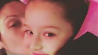 <p>Muah! Kecup sayang Bunda Nora untuk si gadis kecil Scarlett. (Foto: Instagram/ @norasalinastv) </p>