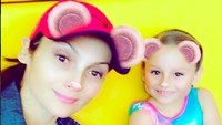 <p>Scarlett adalah putri semata wayang Nora Salinas, pemeran tokoh tante rambut palsu di telenovela 'Carita de Angel' yang terkenal dengan tokoh utama gadis cilik bernama Dulce Maria. (Foto: Instagram/ @norasalinastv) </p>