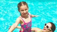 <p>Lihat, happy banget ya Scarlett diajak berenang sama bundanya. (Foto: Instagram/ @norasalinastv) </p>