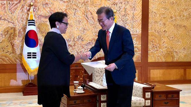 Menlu RI Retno Marsudi menyampaikan undangan resmi Presiden Jokowi kepada Presiden Korsel Moon Jae-in untuk menghadiri Pembukaan Asian Games.