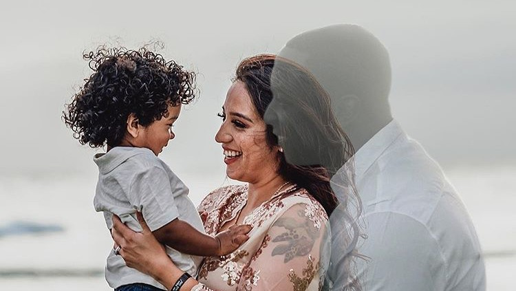 Sebagai bentuk rasa hormat dan cintanya pada mendiang suami, wanita ini sengaja mengikutsertakan almarhum suaminya di sesi foto kehamilan.