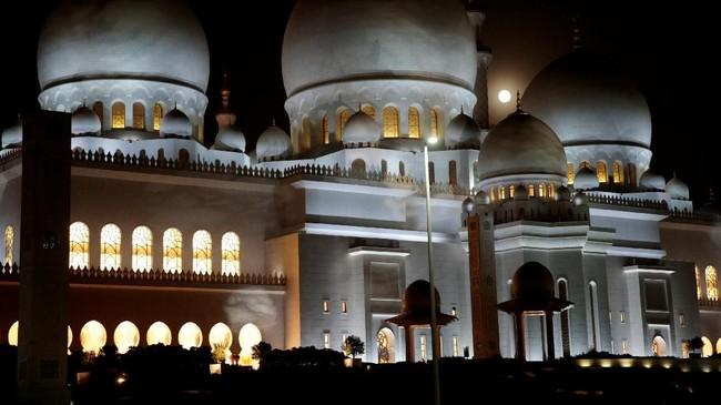 Gerhana bulan terlihat di belakang Masjid Sheikh Zayed, Abu Dhabi. Karena terangnya cahaya bulan, hujan meteor tak terlihat mata telanjang. (Reuters/Christopher Pike)