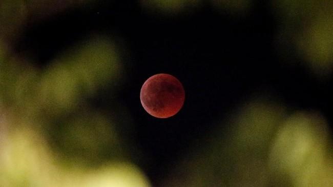 Gerhana bulan terlihat samar dari Marseille, Prancis. Saat