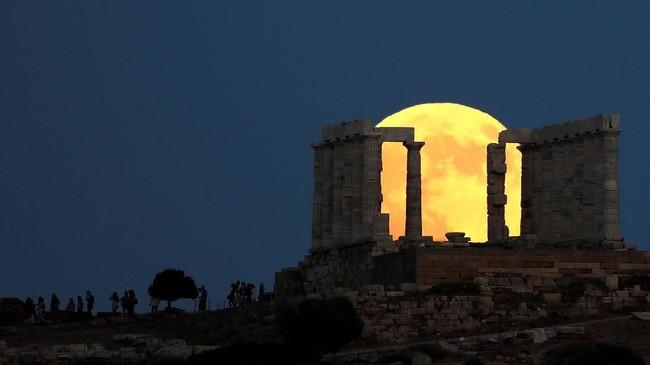 Di seluruh dunia, banyak yang melakukan 'nobar' gerhana bulan bersama, seperti di Cape Sounion, dekat Athena, Yuhani. (Reuters/Alkis Konstantinidis)