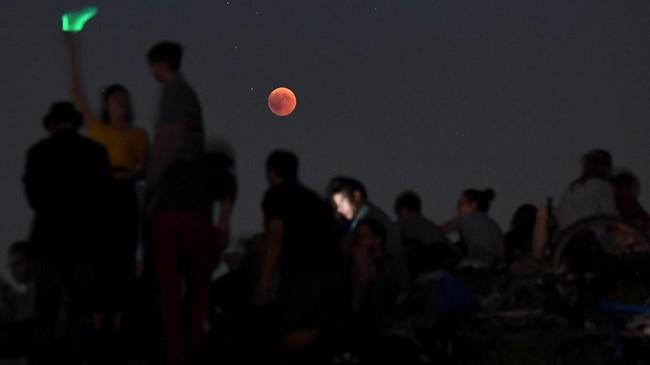 Warga Munich, Jerman, menyaksikan gerhana bulan dari Taman Olympic. (AFP/Christof Stache)