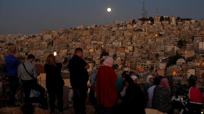 Gerhana bulan menerangi Amman Citadel, Yordania. Kali ini, bulan terlihat lebih kecil dari biasanya dan karenanya disebut